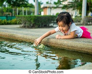 bonito, menina jovem, criança, achar, algo, em, a, piscina
