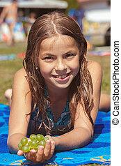 bonito, menina jovem, praia, com, uva