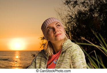 bonito, menina jovem, praia, em, pôr do sol, tempo