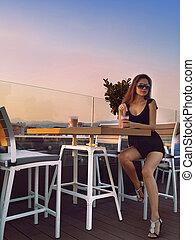 bonito, menina jovem, sentar, tabela, em, café, em, sunset.,...