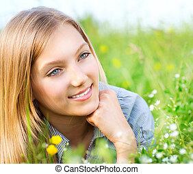 bonito, menina, mentindo, ligado, prado, de, flores, e, grama verde