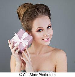 bonito, menina, modelo, e, cor-de-rosa, gift., jovem, perfeitos, mulher, com, noite, maquilagem, moda, penteado