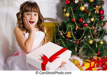 bonito, menina, perto, a, decorado, árvore natal, segura, um, branca