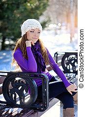 bonito, menina, sentando, ligado, um, banco, em, inverno