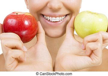 bonito, menina sorridente, com, retentor, para, dentes, -, dentes saudáveis, e, maçãs, (close, cima, isolado, ligado, branco)
