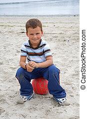 bonito, menino, bola, praia, sentando