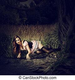 bonito, mentira, mulher, escuro, floresta, excitado