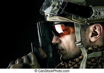 bonito, militar, homem, com, arma mão