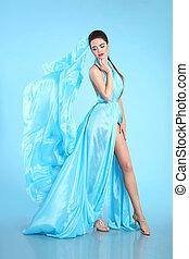 bonito, moda alta, modelo, em, azul, soprando, chiffon, dress., glamour, impressionante, mulher, em, longo, voando, tecido de seda, waving, ligado, vento, noite, dress.