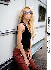 bonito, moda, loiro, modelo, com, óculos de sol