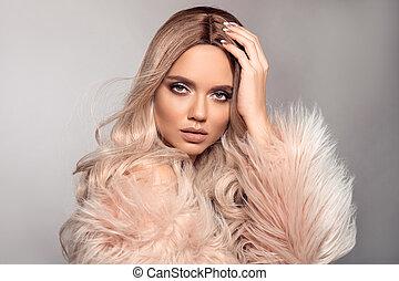 bonito, moda, maquilagem, cabelo, posar, loura, loiro, menina, desgastes, cor-de-rosa, estilo, coat., isolado, longo, experiência., mulher, hairstyle., beleza, portrait., excitado, pele, saudável, cinzento, estúdio, modelo, ombre