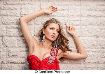 bonito, moda, model., atraente, mulher jovem, em, vermelho, inclinar-se, em, parede, e, olhando