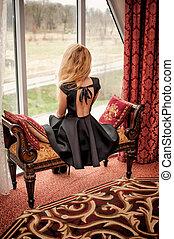 bonito, moda, sentando, vestido, jovem, costas, mulher, pretas, abertos