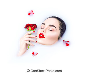 bonito, modelo, menina, com, luminoso, maquilagem, segurando, rosa vermelha, flor, em, dela, mão, e, relaxante, em, leite, banho