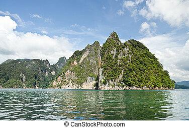 bonito, montanha, cercado, por, água, natural, atrações, em, ratchapapha, represa, em, província surat thani, guilin, de, thailand.