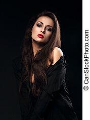bonito, morena, femininas, modelo, com, cabelo longo, posar, em, camisa preta, ligado, experiência escura, com, batom vermelho