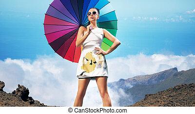 bonito, morena, guarda-chuva, coloridos, segurando, excitado