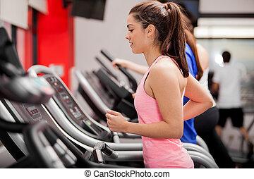 bonito, morena, ligado, um, treadmill
