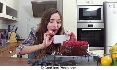 bonito, morena, menina, fazer, quadros, de, dela, freshly, cozinhado, bolo, em, home., amador, cozinhar, e, social, mídia, conceito
