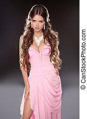 bonito, morena, mulher, posar, em, cor-de-rosa, deslumbrante, vestido, isolado, ligado, experiência escura