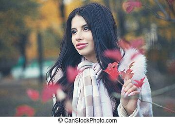 bonito, morena, parque, outono, mulher, ao ar livre