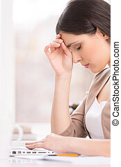 bonito, morena, trabalhando, thinking., laptop, sentando, mulher jovem, escrivaninha, retrato