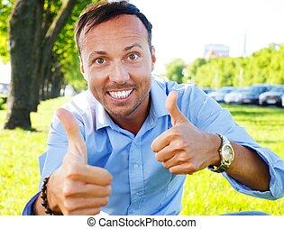 bonito, mostrando, middle-aged, cima, polegares, ao ar livre, homem, feliz