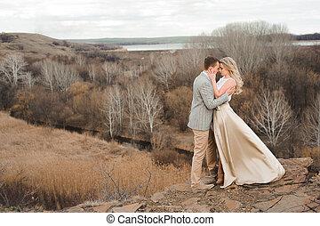 bonito, muito, par, jovem, abraçando, borda, montanha, fundo, paisagem, feliz