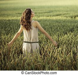 bonito, mulher caminhando, ligado, a, campo milho
