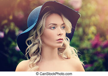 bonito, mulher, com, cabelo loiro, ao ar livre