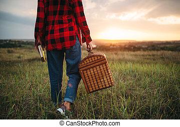 bonito, mulher, com, cesta, piquenique, em, verão, campo