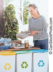 bonito, mulher, e, recycling recipientes