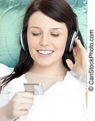 bonito, mulher, escutar, música, mentindo, ligado, um, sofá