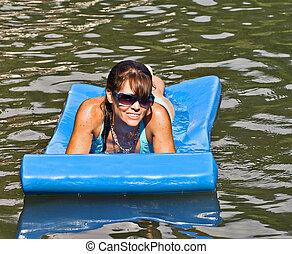 bonito, mulher, flutuante, em, água