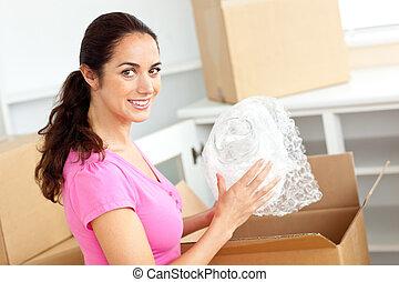 bonito, mulher hispânica, desembalando caixas, de, óculos