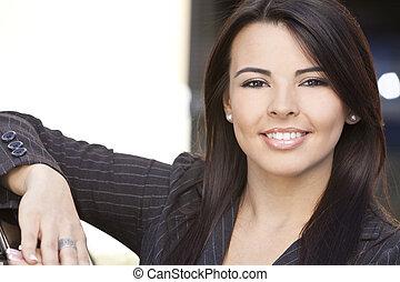 bonito, mulher hispânica, ou, executiva, sorrindo