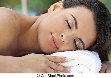 bonito, mulher hispânica, relaxante, em, spa saúde