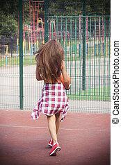bonito, mulher jovem, andar, ligado, a, esportes, chão