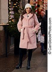 bonito, mulher jovem, casaco pele