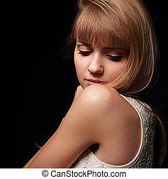 bonito, mulher jovem, com, eyeliner, olhos, olhar, baixo., closeup, retrato