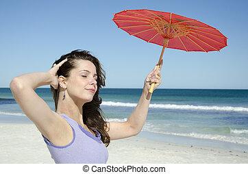 bonito, mulher jovem, com, guarda-chuva, mar