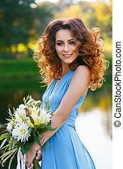 bonito, mulher jovem, com, longo, cabelo ondulado