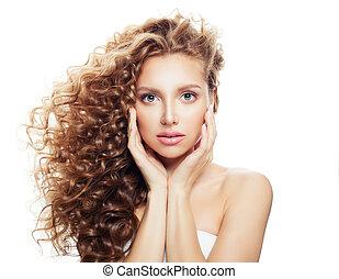 bonito, mulher jovem, com, saudável, pele, e, soprando, cabelo ondulado, isolado, branco, fundo