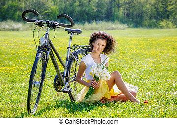 bonito, mulher jovem, com, um, bicicleta, em, natureza