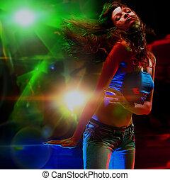 bonito, mulher jovem, dançar, em, a, nightclub.