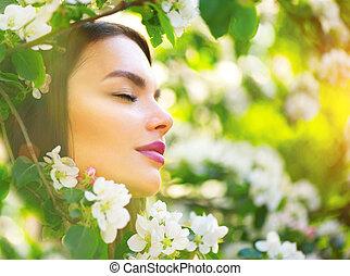 bonito, mulher jovem, desfrutando, primavera, natureza, em, florescer, macieira, e, sorrindo