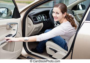 bonito, mulher jovem, dirigindo, dela, marca novo, car