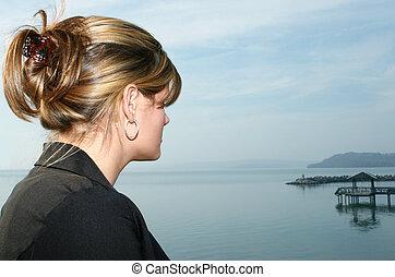 bonito, mulher jovem, em, a, lago