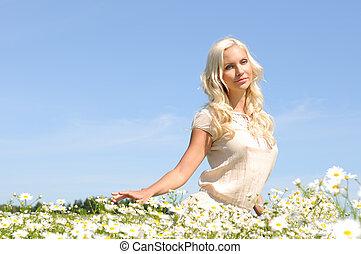 bonito, mulher jovem, em, a, prado, com, chamomiles.