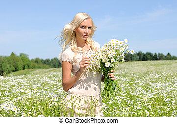bonito, mulher jovem, em, a, prado, com, grupo, chamomiles.